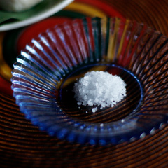 生麸に練り込んでいる沖縄離島の手もみ塩